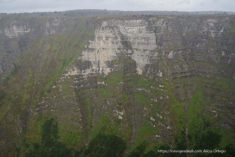 paredes de roca que forman el cañón frente al salto del nervión