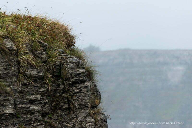 perfil del cortado de roca en el salto del nervión con niebla alrededor