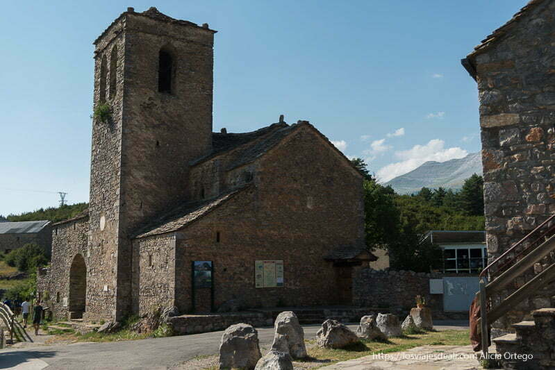 iglesia de tella con dos naves y la torre todo en piedra