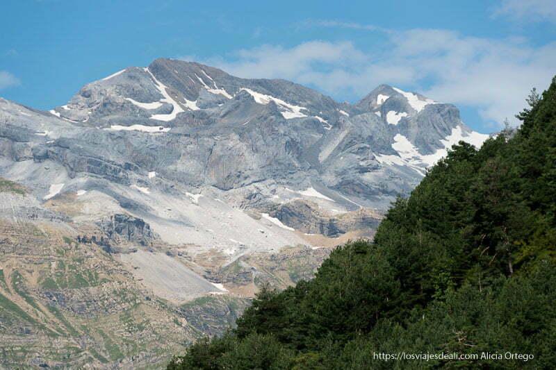 montañas del macizo del monte perdido con algo de nieve