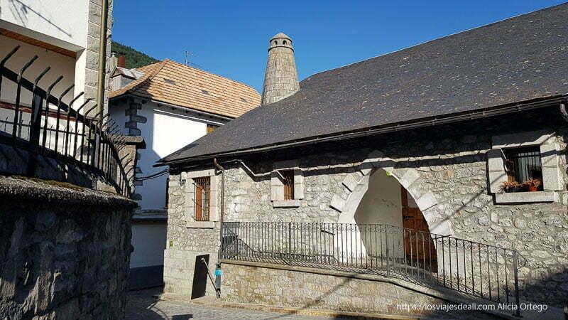 placita de bielsa con casa con puerta en forma de arco apuntado