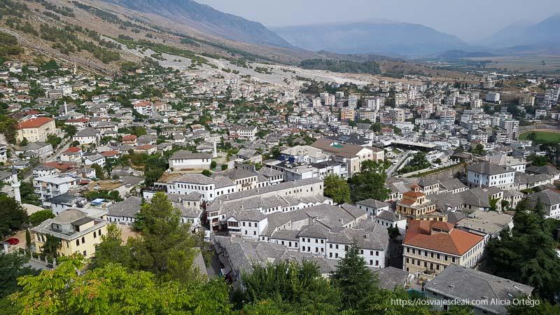 panorámica de Gjirokaster de casas con tejados de pizarra gris en el viaje a Albania