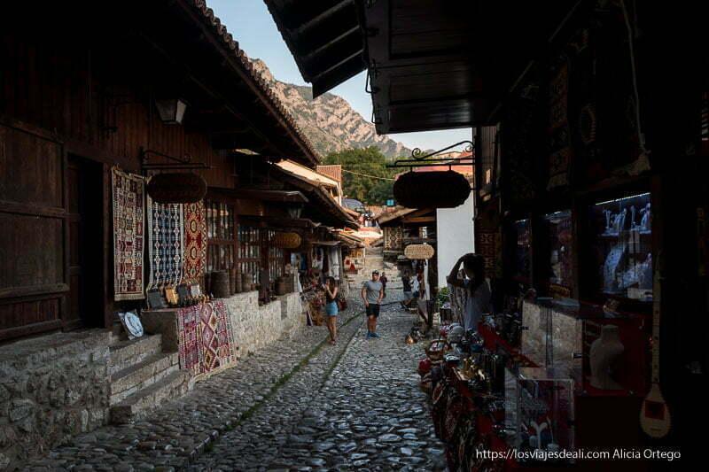 calle central del bazar con tiendas de madera sobre plataforma de rocas