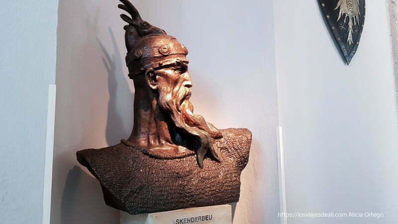 busto del héroe skanderberg con el casco con una cabeza de cabra arriba
