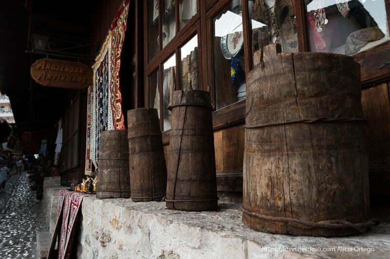 venta de antigüedades en el bazar con cacharros de madera para la leche