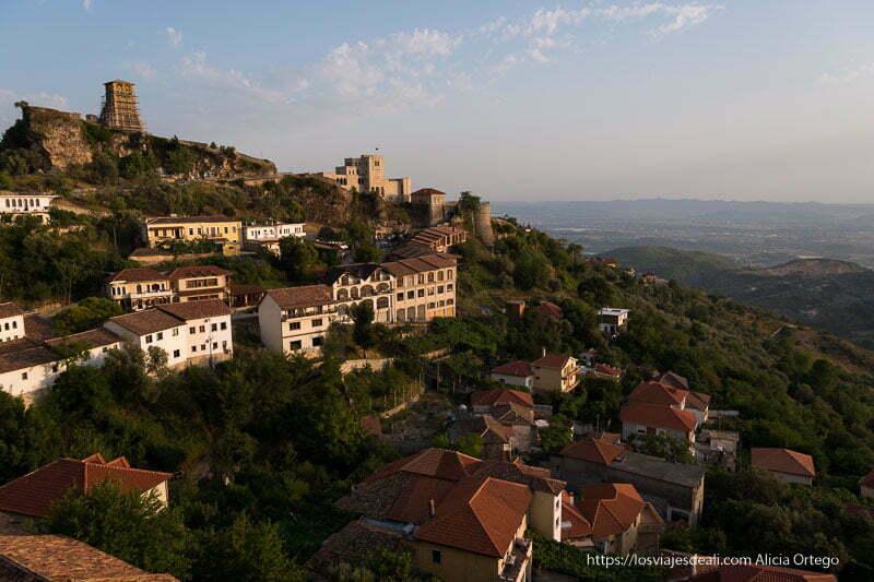 atardecer con el castillo de Krujë