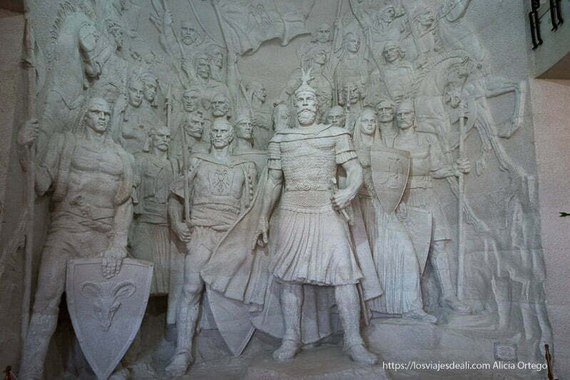 mural de estatuas con el héroe Skanderberg y sus guerreros detrás en el viaje a Albania