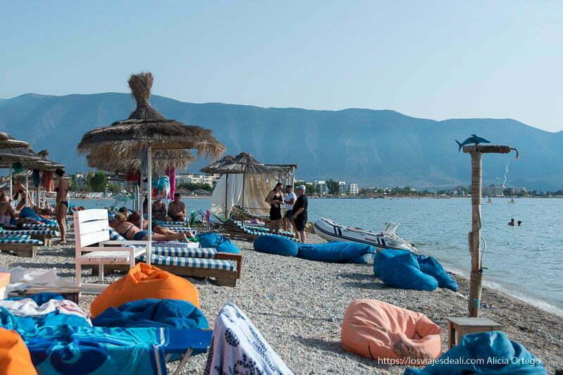 playa del mar Adriático llena de sombrillas y tumbonas en el viaje a Albania