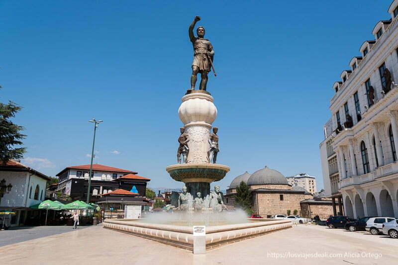 estatua de Filipo II con brazo alzado en Skopie, Macedonia
