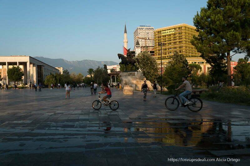 plaza de Skanderberg de Tirana en el viaje a Albania con estatua del héroe y minarete de mezquita