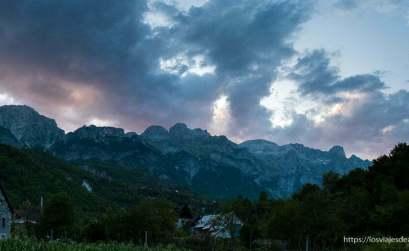 atardecer con nubes rosas en el valle de Theth