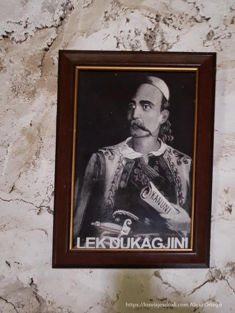 foto antigua del autor del kanun con el manuscrito en la mano