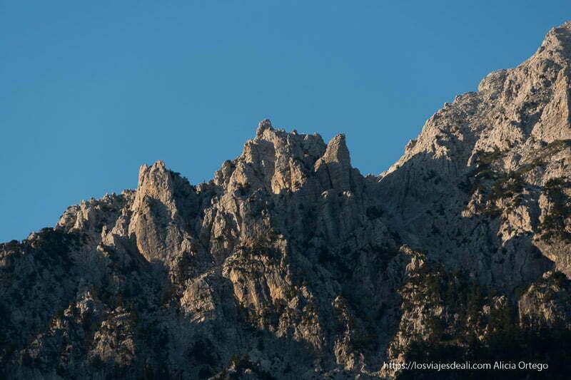 picos de alpes albaneses dorados por el atardecer
