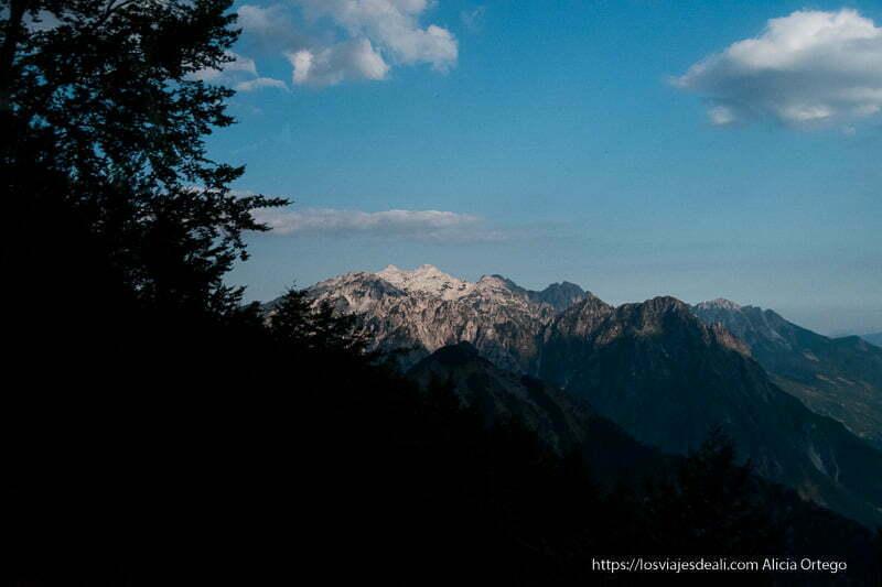 alpes albaneses con nieve en las cumbres y valles en sombra
