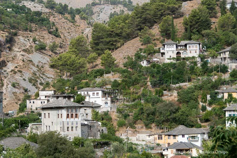 casas antiguas de tipo torre con tejados de pizarra gris en la montaña, en Gjirokaster