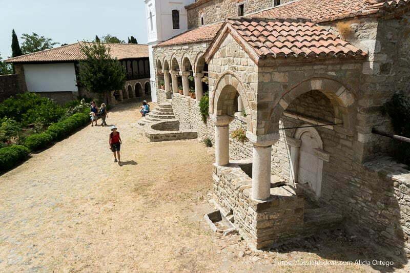 edificio de piedra del monaterio de Ardenica con soportal con columnas y arcos albania en 12 días