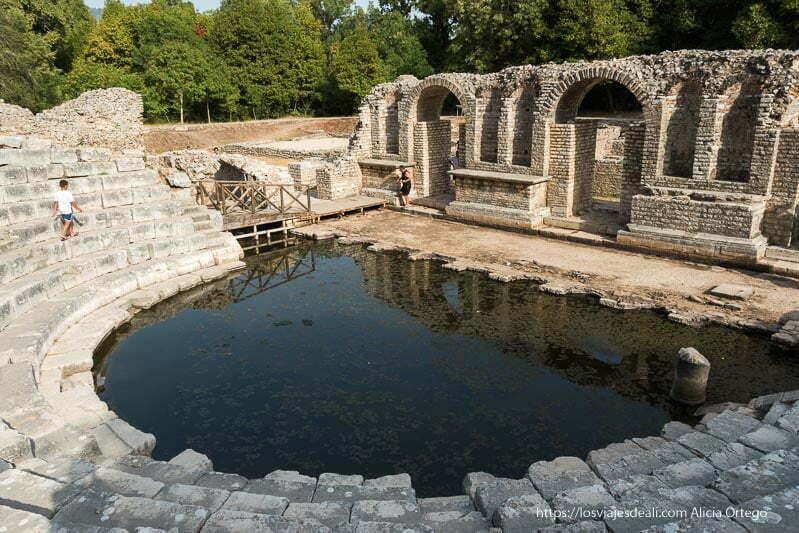 teatro de las ruinas de butrinto con orquesta inundada