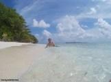 Posando en una playa de ensueño