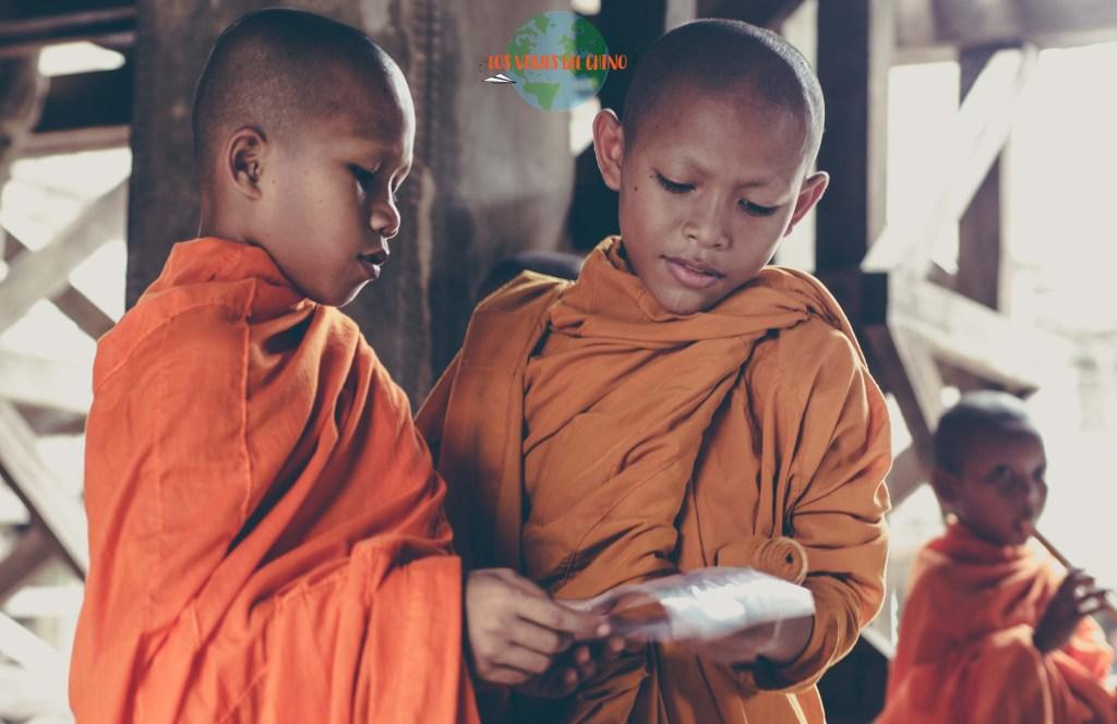 Monjes budistas camboyanos