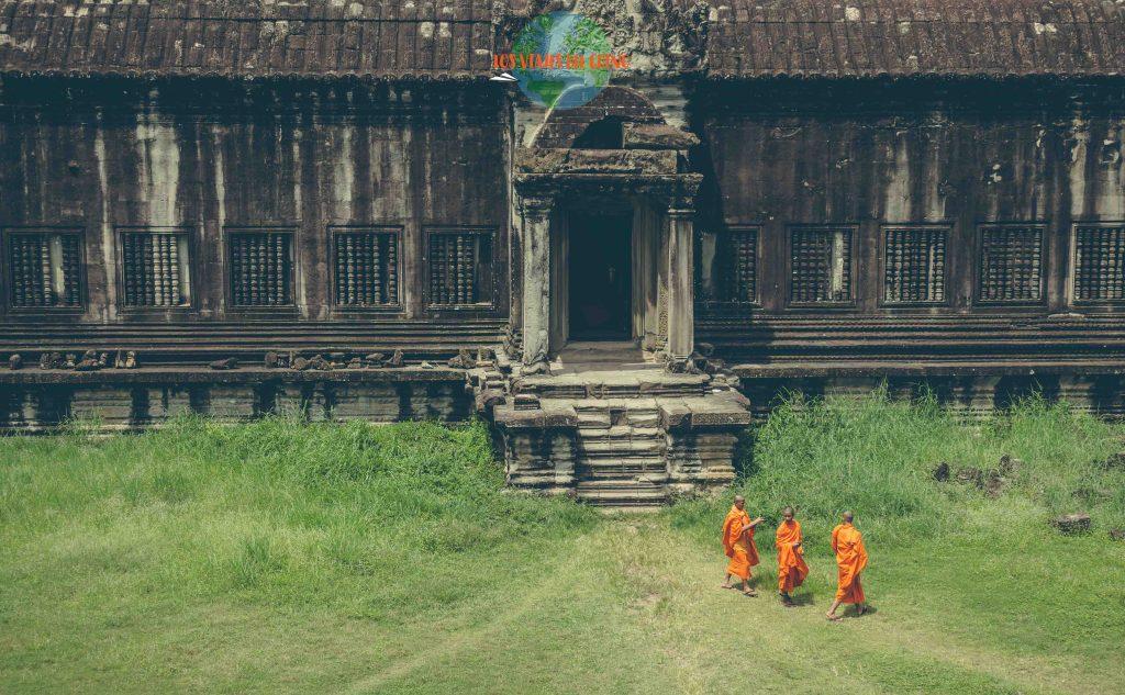 Monjes budistas en los templos de Angkor Wat