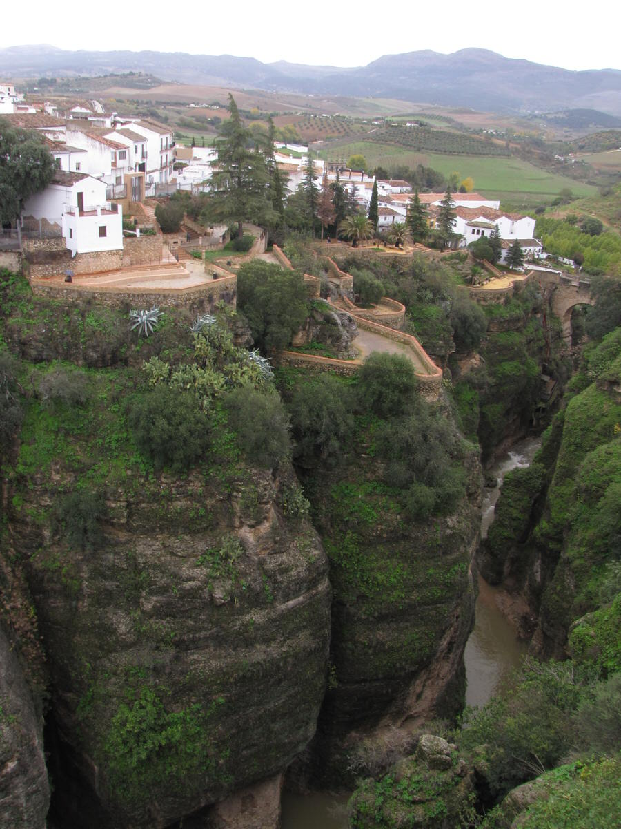 -Vistas cruzando el Puente viejo de Ronda-