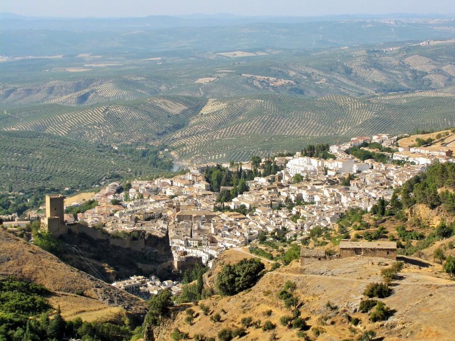 -Vista de Cazorla desde la sierra,al fondo un mar de olivos-