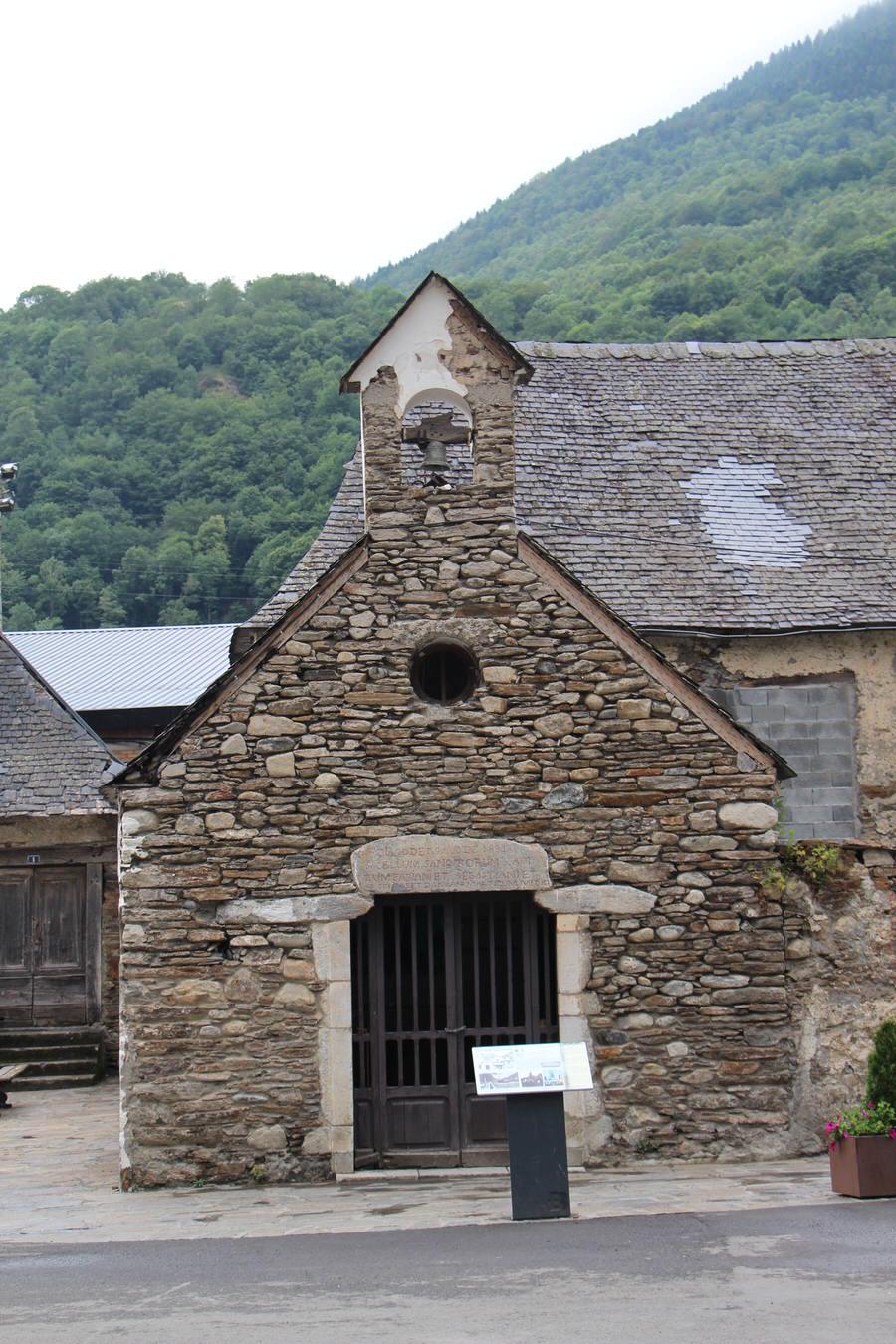 -Una de las ermitas que forman el recorrido junto al puente que divide el pueblo, Bossots-