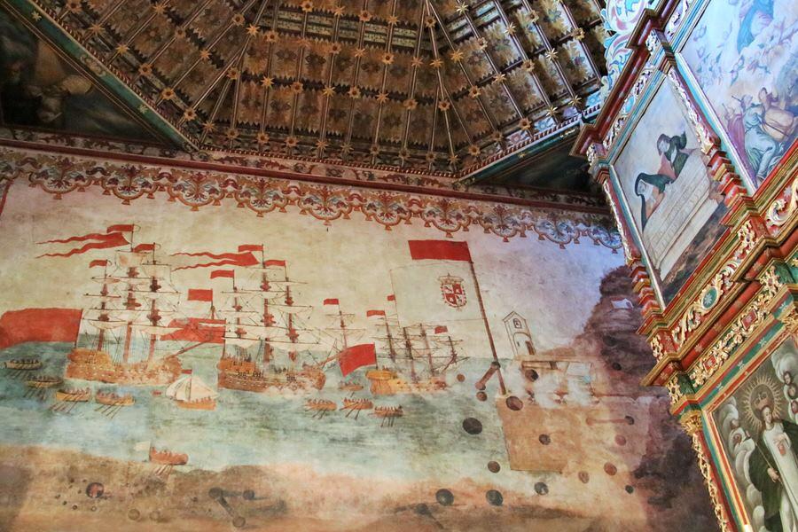 Interior Iglesia Asunción con el gran fresco en la pared de la batalla de la villa. San Sebastián de la Gomera