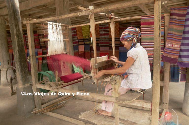 Mujer trabajando en un telar