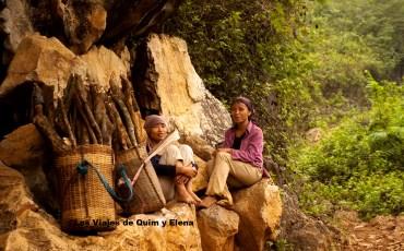 Mujeres transportando madera en Lac
