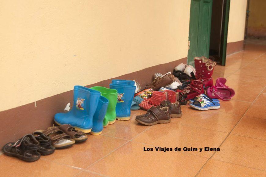 Zapatos en la puerta de una escuela
