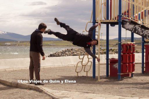 Issac haciendo ejercicio junto a Jaume