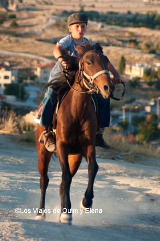 Un chico a caballo en Göreme