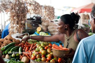 Mujer comprando en el mercado de Praia en Santiago