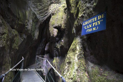 Hay algún paso curioso bajo las rocas