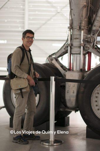 Quim junto al tren de aterrizaje del Concorde