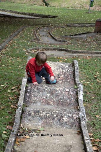 Éric jugando en el minigolf