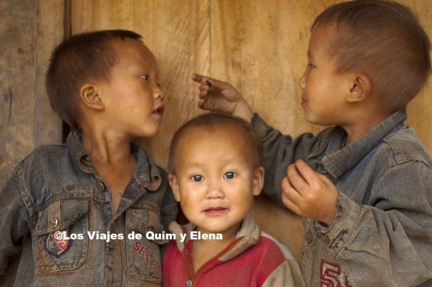 Niños Hmong negros con las galletas Oreo
