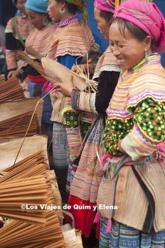 Vendedoras de incienso en el mercado de Bac Ha
