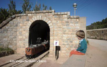 Éric disfrutando de los trenes para niños