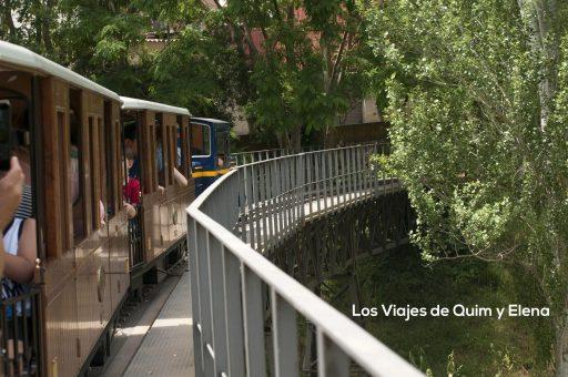 Pasando por un puente de hierro en el Parque Cataluña