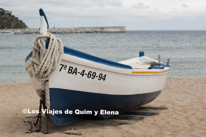 Barca en la playa junto a la Roca Sa Palomera