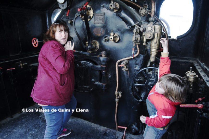 Elena y Éric preparando una locomotora en el museo del ferrocarril