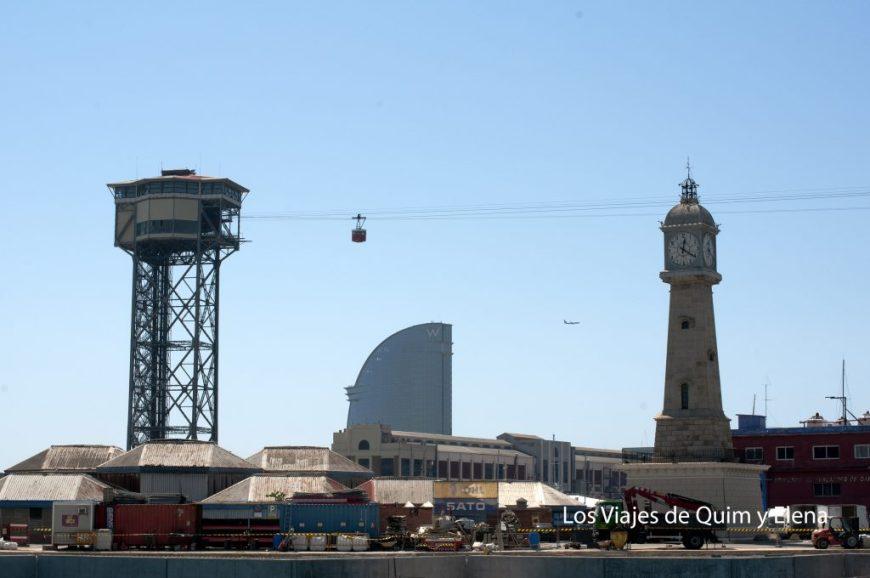 Vista de la torre del reloj, el teleférico y el hotel Wela al fondo.