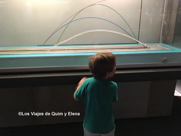 Éric interactuando en el Cosmocaixa de Barcelona