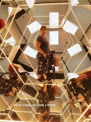 Elena en la exposición Espejos