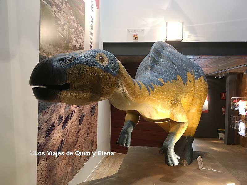 El Arenysaurio en la entrada del Museo de Arén