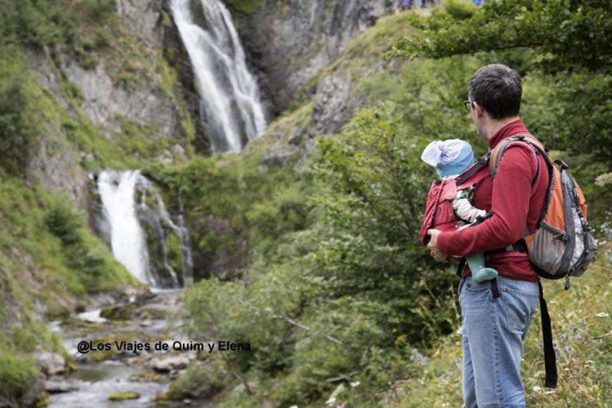 Álex y Quim mirando la cascada saut deth pish