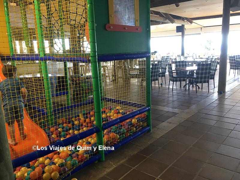Éric en la piscina de bolas del Restaurante