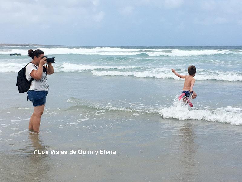 Éric como loco y Elena haciendo fotos - Playas de Lanzarote